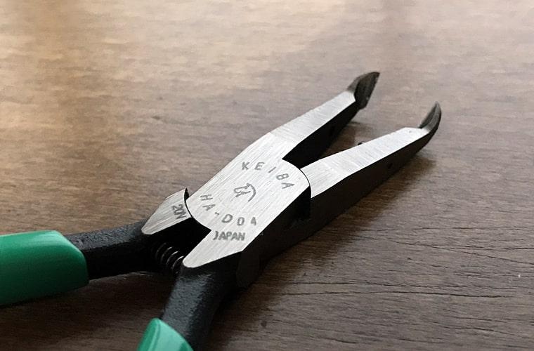 KEIBA アングルニッパを使って二度目の文鳥の爪切り